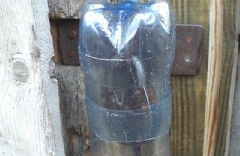 накрыть замок пластиковой бутылкой
