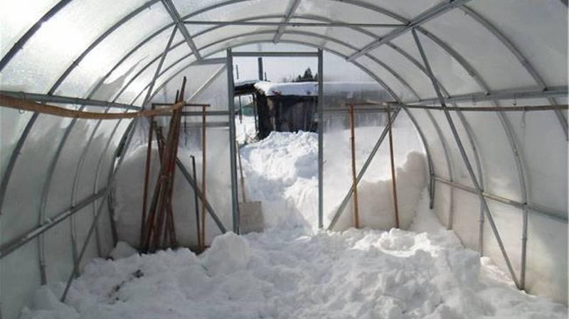 Надо ли закрывать теплицу на зиму?