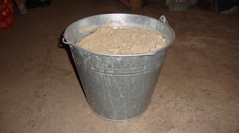 Ведро с песком для хранения садового инструмента
