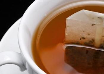 Можно ли подкармливать комнатные растения чаем?