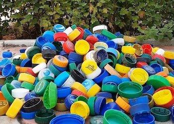 Полезное применение крышек от пластиковых бутылок на даче