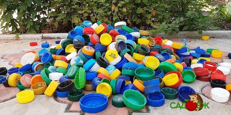 Полезное применение крышек от пластиковых бутылок на даче и в огороде