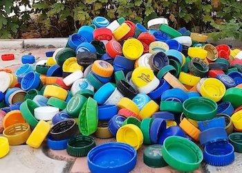 Полезное применение крышек от пластиковых бутылок в огороде